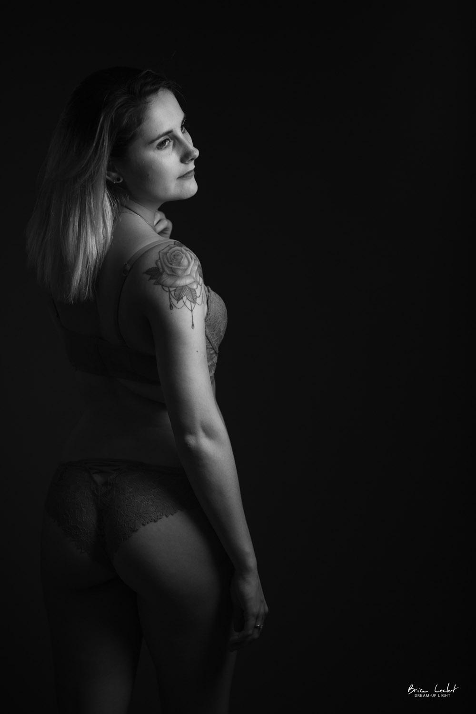 photographie de dos en lingerie en studio lyon