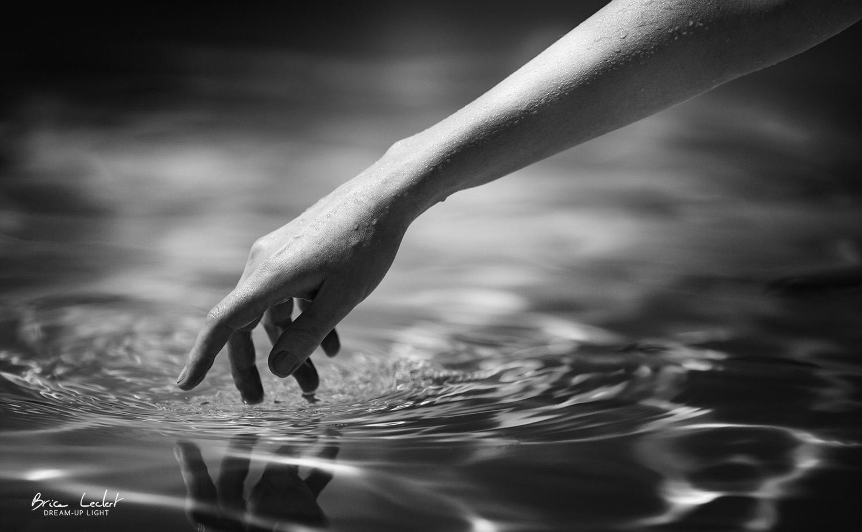 main sur l'eau