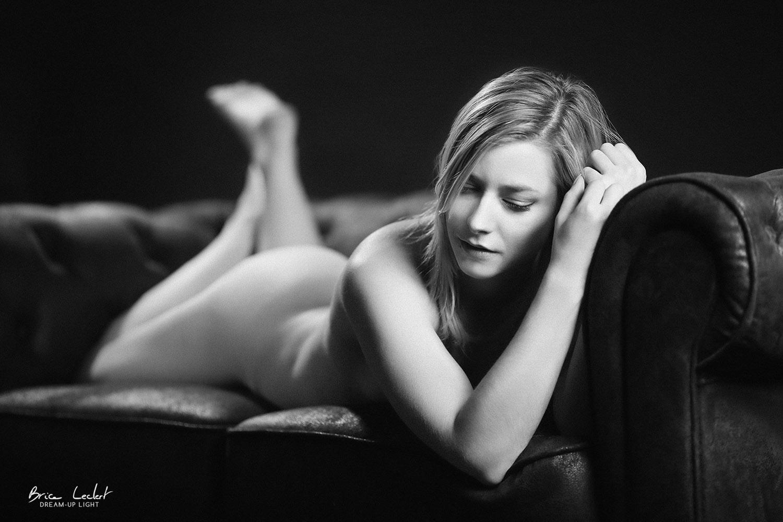 jeune fille nue sur chesterfield